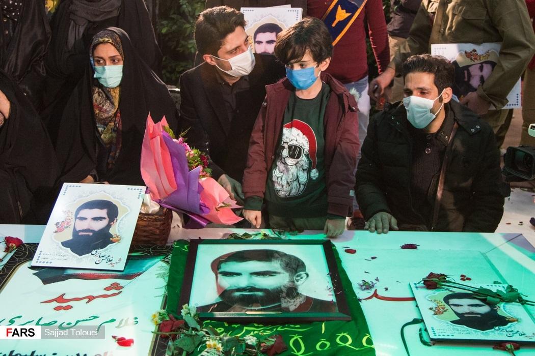 فرزندان و نوه شهید غلامحسن صابری بر سر مزار پدر شهید که پس از 35 سال با انجام آزمایش DNA شناسایی شد