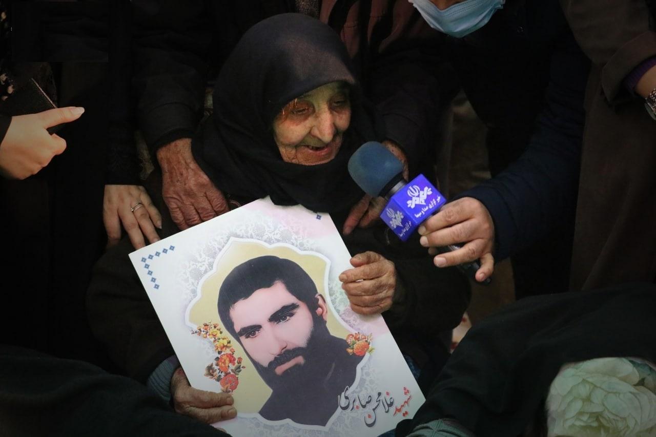 مادر شهید غلامحسن صابری پس از 35 سال چشم انتظاری بر سر مزار فرزند شهیدش